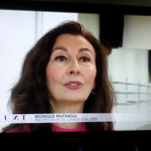 Monique Mufraggi au micro de M6 pour l'émission Must Célébrités
